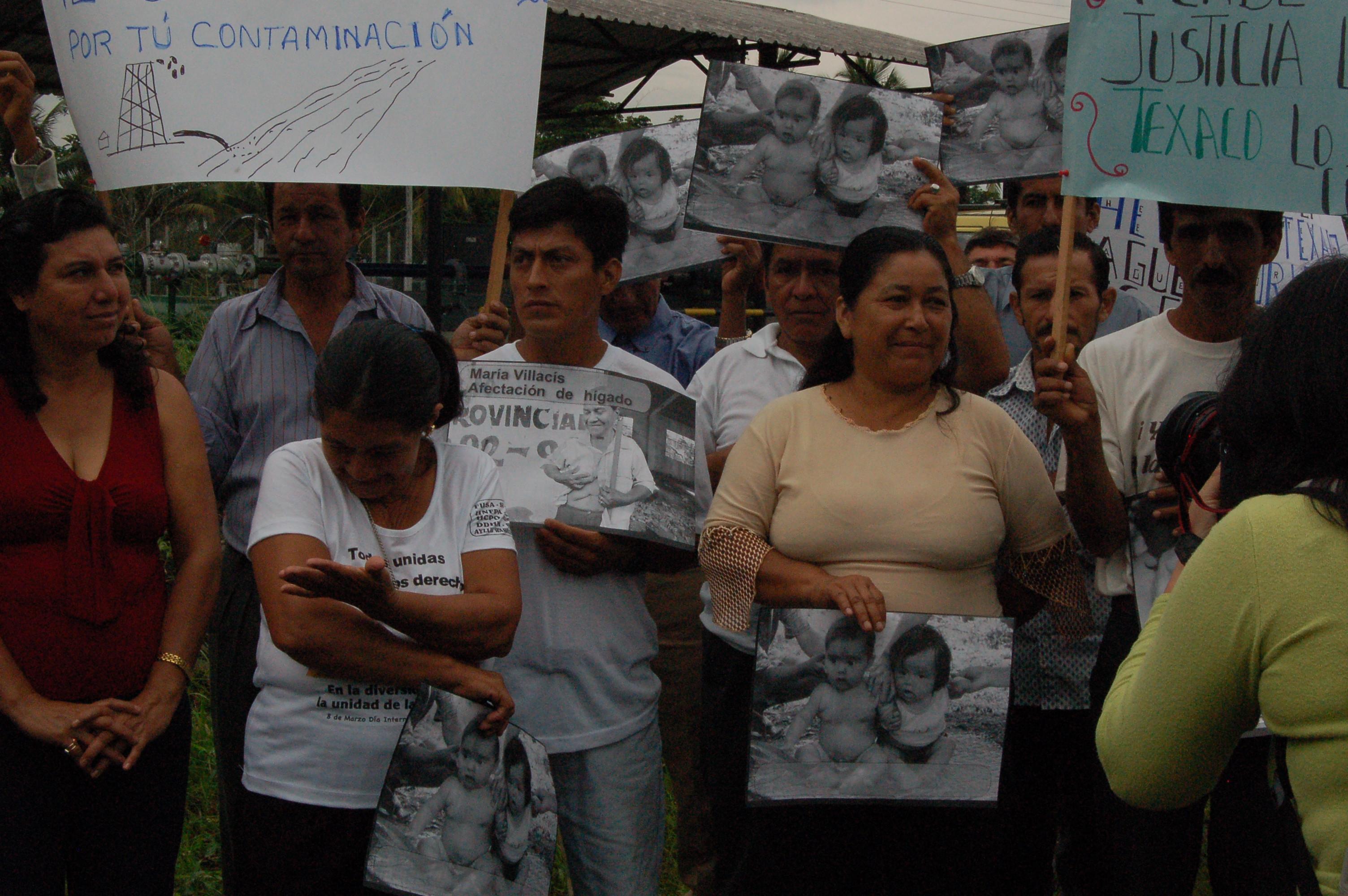 Madres y padres exhiben fotografías de sus hijos muertos por enfermedades asociadas con contaminación petrolera.JPG
